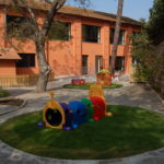 Asilo Nido Il Giardino Fatato - Il casale visto dal giardino giochi