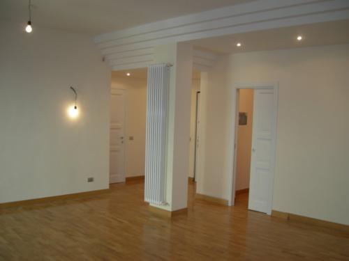 Ristrutturazione edilizia Ristrutturazione Appartamento Galazia a Roma - Dettaglio controsoffitti e termoarredo del soggiorno