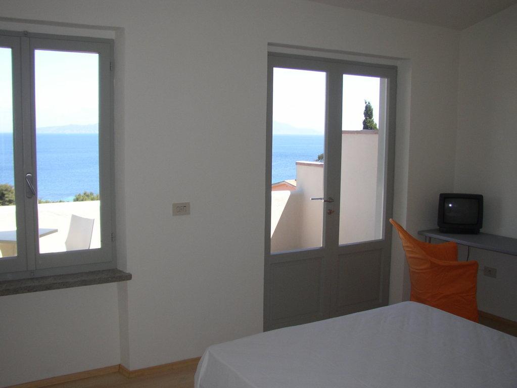 Ristrutturazione Hotel Arenella di Isola del Giglio - Grosseto - particolare della vista dall'interno delle camere