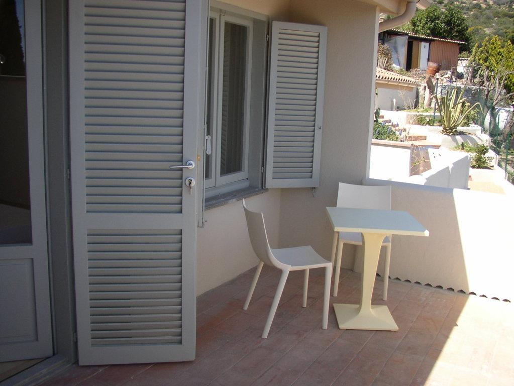 Ristrutturazione Hotel Arenella di Isola del Giglio - Grosseto - veranda di una camera dell'albergo