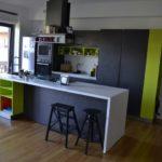 Ristrutturazione stile industriale quartiere Don Bosco a Roma, La cucina, gli sgabelli, la cappa