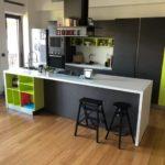 Stile industriale - cucina - grigio antracite con inserti in lime