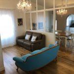 Ristrutturazione Appartamento Stile provenzale, una luminosa area living dal carattere tenue, rotto dal divano di un abbagliante turchese